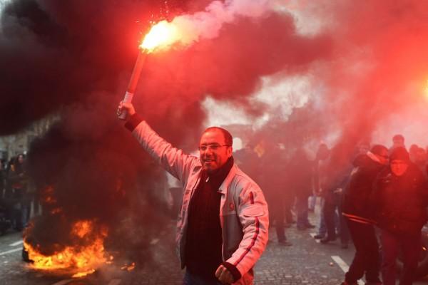 les-employes-de-psa-peugeot-citroen-a-aulnay-protestent-contre-la-fermeture-de-l-usine-le-18-mars-2013-pres-du-siege-de-l-entreprise-a-paris_5507289-1