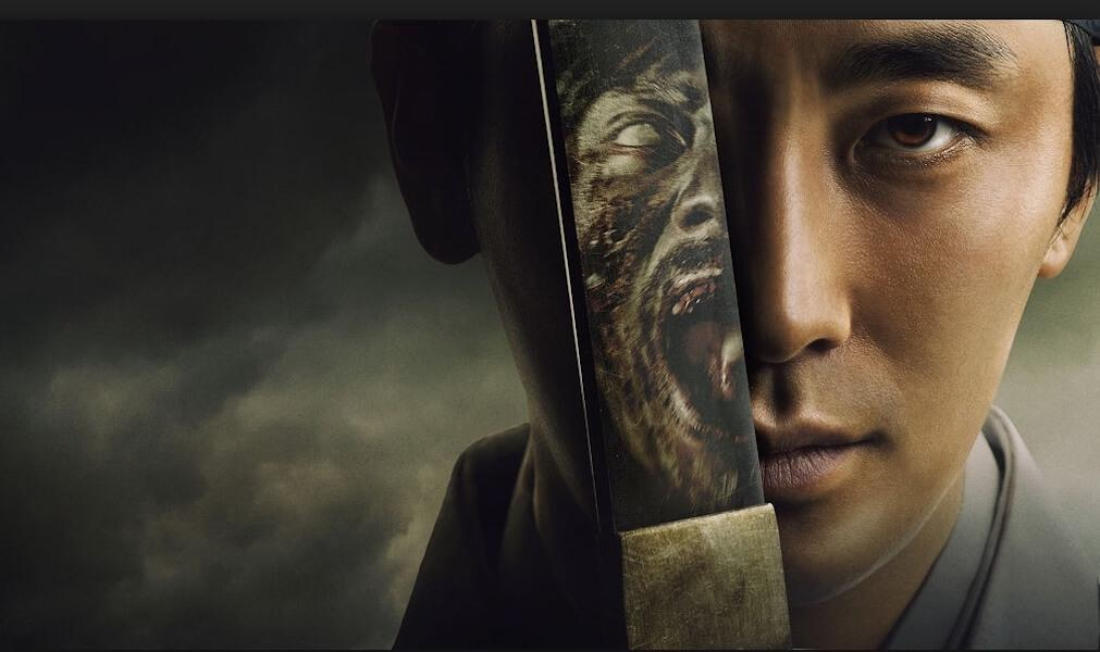 Prince coréen tenant une épée devant son visage, un zombie est reflété dans l'épée.