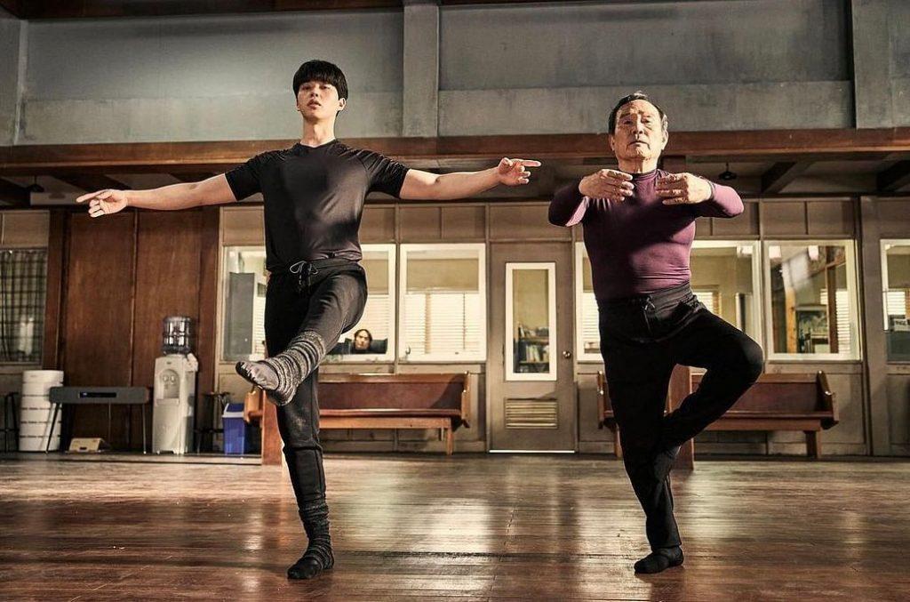 Un jeune homme et un vieil homme dans un cours de ballet classique